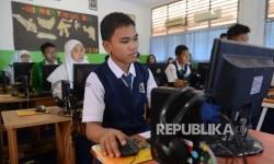Sejumlah siswa sedang melaksanakan ujian