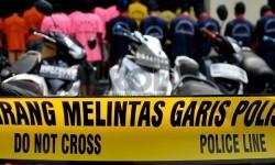 Sejumlah tersangka berserta barang bukti kasus curanmor diperlihatkan petugas kepolisian di halaman Polres Jakarta Utara, Senin (2/12).  (Republika/Prayogi)
