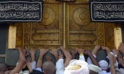 Sejumlah umat Islam berdoa di Multazam, Masjidil Haram, Makkah, Arab Saudi.