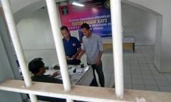 Sejumlah warga binaan menggunakan hak suaranya di TPS 13 Lembaga Pemasyarakatan (Lapas) Ambarawa, Kabupaten Semarang, Jawa Tengah, Rabu (9/12).