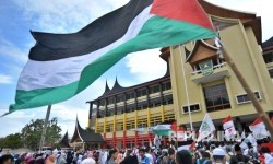 Sejumlah warga mengikuti Aksi Bela Masjid Al Aqsa di halaman kantor Gubernur Sumatera Barat, di Padang, Jumat (28/7).