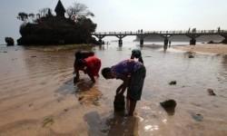 Sejumlah wisatawan bermain air di kawasan Pantai Balekambang, Kabupaten Malang, Jawa Timur, Kamis (15/10).