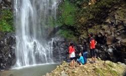 Sejumlah wisatawan menikmati keindahan air terjun (wisata air terjun)