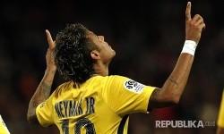 Selebrasi pemain termahal di dunia Neymar Jr setelah mencetak gol ke  Guingamp (EAG) pada pertandingan Liga 1 Perancis di Stadium Roudourou, Guingamp, Perancis, Senin (14/8) pagi.