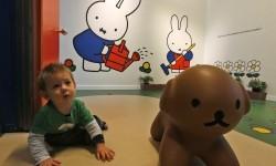 Seorang anak bermain di Museum Miffy di Utrecht, Belanda.