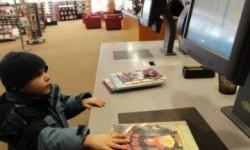 Seorang anak kecil sedang menggunakan fasilitas teknologi di sebuah perpustakaan. (ilustrasi)