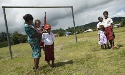 Seorang ibu mengantar anaknya saat akan bersekolah di Kabupaten Maybrat, Papua Barat, Kamis (21/4). (Antara/Rosa Panggabean)