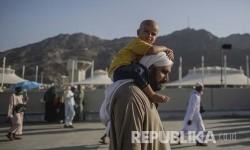 Seorang jamaah haji cilik yang plontos digendong ayahnya menuju Jamarat untuk melempar Jumrah Aqabah.