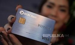 Seorang model menunjukkan Kartu Kredit OCBC NISP Voyage yang terbuat dari bahan metal duralumin. Kartu kredit bagi nasabah premium ini dengan layanan 24/7.