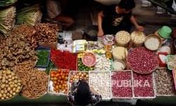 Seorang pembeli memilih bahan-bahan pokok di pasar (ilustrasi)