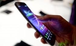 Seorang pembeli sedang mencoba smartphone Android. (ilustrasi)