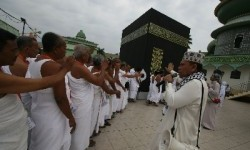 Seorang pembimbing memberi arahan kepada sejumlah calon jamaah haji yang berlatih melakukan tawaf saat mengikuti manasik haji di Medan, Sumut