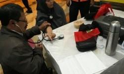 Seorang pemudik menjalani pemeriksaan tekanan darah di pos kesehatan rest area KM 49+300 ruas tol fungsional Bawen-Salatiga, Sabtu (24/6). Akibat perjalanan panjang, pemudik jamak terkena hipertensi.
