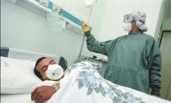 Seorang perawat saat bertugas merawat pasien (ilustrasi).