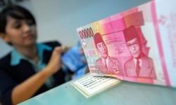 Seorang petugas teller menghitung mata uang rupiah.    (ilustrasi)