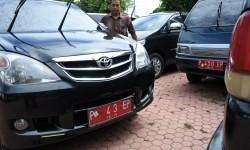 Seorang sopir memarkirkan mobil dinas di Kantor Pemerintah Kabupaten Situbondo, Jawa Timur, Kamis (22/6).