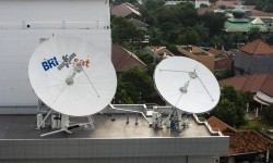 Seorang teknisi memperhatikan salah satu antena di gedung fasilitas utama kontrol satelit (Primary Satellite Control Facility/ PSCF) BRI di Jakarta, Kamis (26/5).  (Antara/Ismar Patrizki)