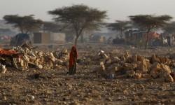 Seorang wanita berjalan di sebuah kamp yang dihuni orang-orang dari berbagai bagian di Somalia yang terganggu kehidupannya akibat kekeringan parah yang mengakibatkan kelaparan.