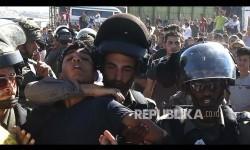 Seorang warga Palestina ditangkap tentara Israel karena mencoba menerobos pos pemeriksaan menuju kawasan kompleks Al Quds di Jerusalem. Israel melakukan pengawasan ketat termasuk menentukan siapa yang boleh memasuki komples masjid Al Aqsa tersebut (Ilustrasi)