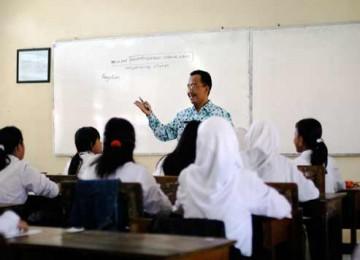 Seorang guru mengajar di sebuah SMP.