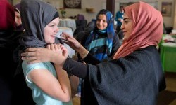 Serina Hammoud membantu Eliza Stewart (12) mencoba hijab dalam Open House di masjid di Ranchlands (Ilustrasi)