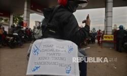 Sigit Pramono (25 tahun) pemudik dari JTangerang menuju Ngawi menunjukkan tulisan lucu di motornya saat beristirahat di rest area, cirebon, Jabar, Jumat (23/6).