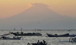Siluet Gunung Agung di pulau Bali terlihat dari pinggiran pantai Ampenan, Mataram, NTB, Kamis (21/9). Status aktivitas Gunung Agung ditingkatkan dari level
