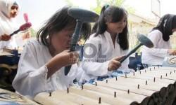 Siswa bersiap mengikuti pelajaran seni musik