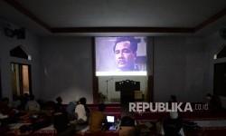 Siswa bersama guru menonton bersama film G30S PKI di SMK Muhammadiyah I Kota Depok, Jawa Barat, Rabu (20/9) malam