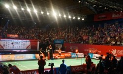 Stadion DBL Arena disesaki para penonton yang menyaksikan partai final tim putra antara Musica Champions Jakarta melawan PB Djarum Kudus di Djarum Superliga Badminton 2017, Ahad (26/2).