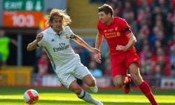 Steven Gerrard (kanan) dijaga Michel Salgado dalam laga amal Legenda Liverpool vs Legenda Real Madrid di Anfield, Sabtu (25/3).