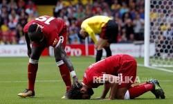 Striker Liverpool Mohamed Salah (kanan) merayakan gol ketiga Liverpool disaksikan  Sadio Mane (kiri) pada pertandingan Liga Inggris antara Watford dan Liverpool di Watford, Inggirs, Sabtu (12/8)