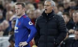 Striker Manchester United, Wayne Rooney (kiri) siap dimasukkan ke lapangan oleh Jose Mourinho saat laga Liga Primer melawan Liverpool, Selasa (18/10). Rooney diragukan tampil pada laga lawan Chelsea malam ini.