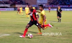 Striker Persipura Boaz Solossa (kiri) menerima hukuman larangan bermain dalam dua pertandingan Liga 1 dari Komdis PSSI karena melancarkan protes berlebihan kepada wasit.