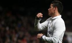 Striker Real Madrid, James Rodriguez merayakan golnya ke gawang Sevilla pada babak 16 besar Copa del Rey di Santiago Bernabeu, Kamis (5/1) dini hari WIB. Madrid menang 3-0.