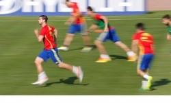Striker Spanyol Alvaro Morata (kiri) berlari bersama rekan-rekannya.