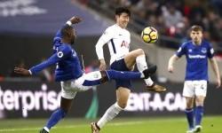 Striker Tottenham Hotspur, Son Heung-min (tengah) dalam penjagaan dua pemain Everton pada laga Liga Primer Inggris di Stadion Wembley, Ahad (14/1) dini hari WIB.