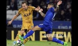 Striker Tottenham Hotspurs Harry Kane mencetak gol hattricknya ke gawang Leicester City di King Power Stadium, Leicester Jumat (19/5) dini hari.