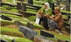 Suami istri sedang berziarah di pemakaman/ilustrasi
