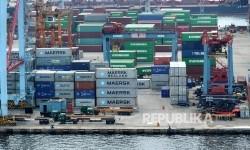 Suasana aktifitas bongkar muat pelabuhan peti kemas di Pelabuhan Tanjung Priok, Jakarta. ilustrasi