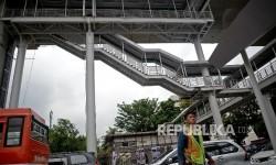 Suasana jembatan penyeberangan orang (JPO) yang juga sebagai penghubung menuju halte TransJakarta CSW Koridor 13 Ciledug-Tendean di Jakarta, Rabu (4/1).