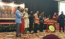 Suasana pembukaan pameran dan lelang lukisan karya Toink Alam di Hotel Grand Cempaka, Jakarta, Sabtu (19/8).