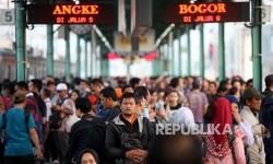 Suasana penumpang Kereta di Stasiun Manggarai, Jakarta, Rabu (4/7).