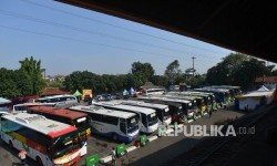Suasana Terminal Kampung Rambutan, Jakarta Timur, Selasa (20/6).