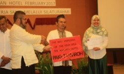 Suhani,  staf bagian engineering The Naripan Hotel Bandung mendapatkan award karyawan terbaik dan islami tahun 2016 berupa umroh, belum lama ini.