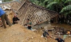 Tanah longsor menimpa rumah penduduk, ilustrasi