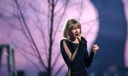 Taylor Swift saat tampil di panggung Grammy Awards, (16/2).