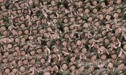 Tentara Rakyat Korea Utara dari  Unit 966, 462, 101, 489, bertepuk tangan dalam sesi bersama pemimpin Korea Utara Kim Jong Un usai latihan militer di Korea Utara.