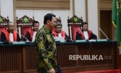 Terdakwa kasus dugaan penistaan agama Basuki Tjahaja Purnama atau Ahok tiba untuk mengikuti sidang lanjutan di Pengadilan Negeri Jakarta Utara, Auditorium Kementerian Pertanian, Jakarta, Kamis (20/4).