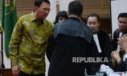 Terdakwa kasus dugaan penistaan agama Gubernur DKI Jakarta, Basuki Tjahaja Purnama (kiri) berbincang bersama kuasa hukumnya saat menjalani sidang yang digelar oleh Pengadilan Negeri Jakarta Utara di Auditorium Kementerian Pertanian, Jakarta, Selasa (21/3).